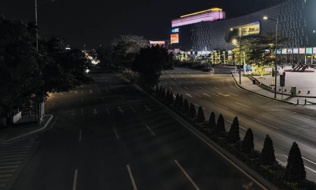 A avenida Bayun, uma das mais movimentadas da cidade, deserta na hora do rush. Cantão, terceira maior capital chinesa, com cerca de 14 milhões de habitantes, transformou-se em um cenário distópico digno de filmes de invasão zumbi Foto: Diego Herculano / Agência O Globo