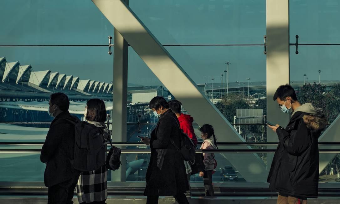 Passageiros caminham no aeroporto internacional da cidade de Cantão Foto: Diego Herculano / Agência O Globo