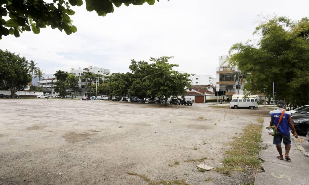 Praça da Amore: venda de lotes para construção de escola divide opinião de moradores Foto: Guilherme Pinto / Agência O Globo
