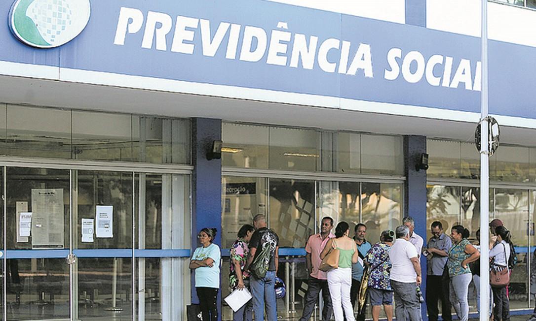 Espera. Fila para atendimento em agência do INSS em Brasília: quase 2 milhões de pedidos de benefícios represados Foto: Jorge William / Agência O Globo