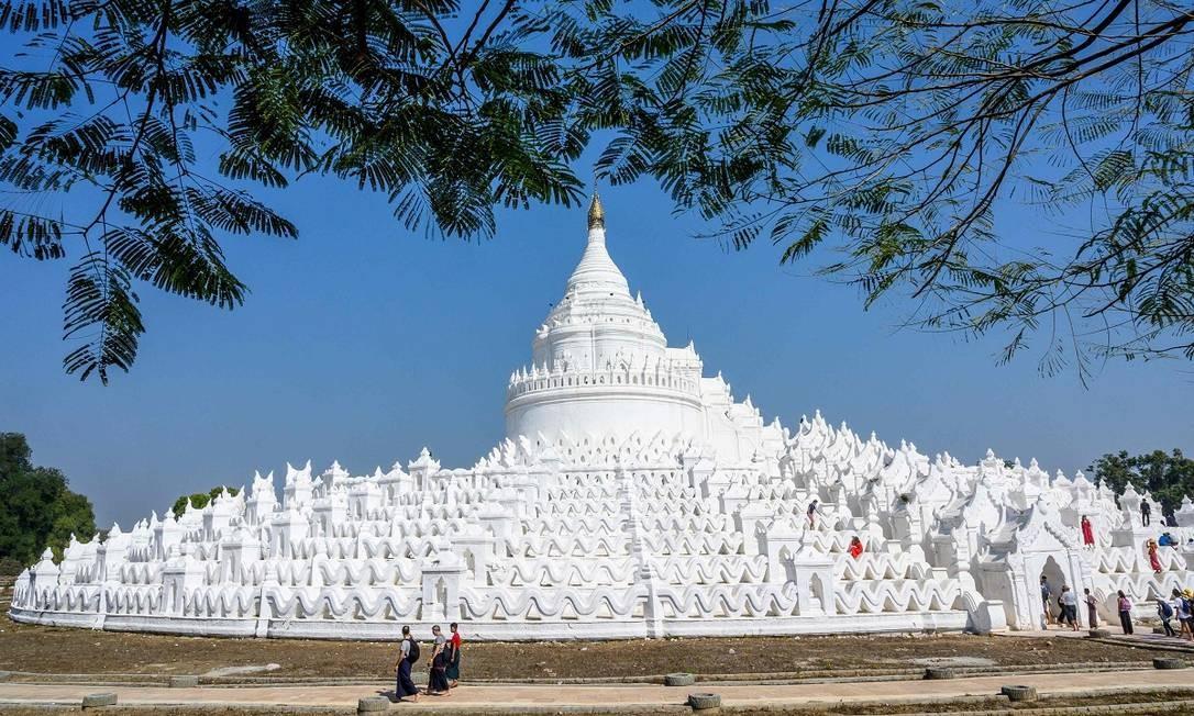 O grande pagode Hsinbyume fica na cidade de Mingun, em Mianmar. Construído em 1816, foi pensado em homenagem a outro pagode, o Sulamani, que fica no Monte Meru, considerado sagrado por muitos budistas Foto: Mladen Antonov / AFP