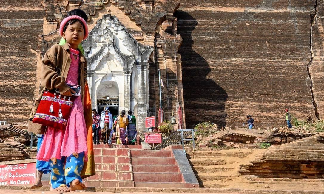 Menino em frente à estupa (espécie de mausoléu construído sobre os restos mortais de alguém muito importante para o budismo) Pahtodawgyi, construída em 1790, também em Mingun Foto: Mladen Antonov / AFP