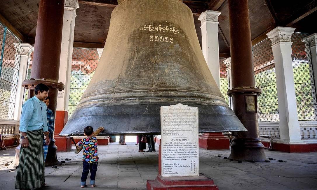 Perto da estupa Pahtodawgyi fica outro símbolo da cidade, o Sino de Mingun, inaugurado em 1810 pelo rei Bodawpaya Foto: Mladen Antonov / AFP