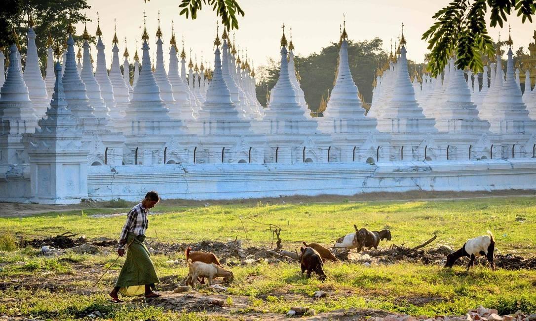 Mandalay é uma das maiores cidades de Mianmar, e a antiga capital real do país. Por isso é repleta também de importantes templos budistas, como o pagode Sandamuni Foto: Mladen Antonov / AFP