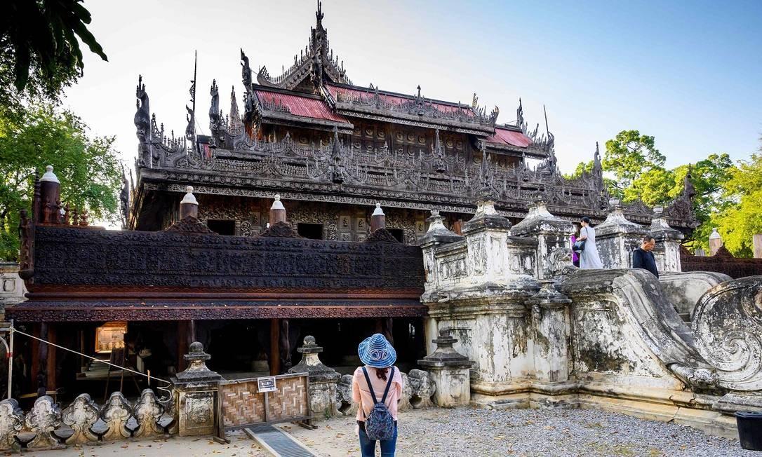 Turista visita o monastério Shwenandaw, também em Mandalay Foto: Mladen Antonov / AFP