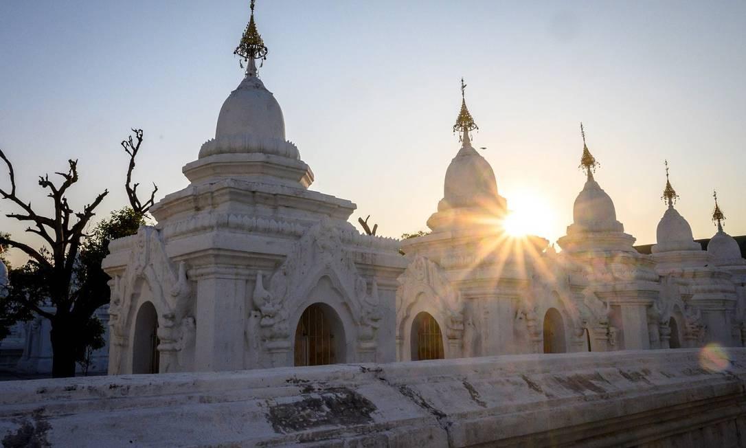 Estando em Mandalay, vale também visitar o pagode Kuthodaw, que guarda o 'maior livro do mundo', na verdade um livro feito de mármore, com 729 placas, que fazem as vezes de páginas, com importantes textos budistas talhados dos dois lados Foto: Mladen Antonov / AFP