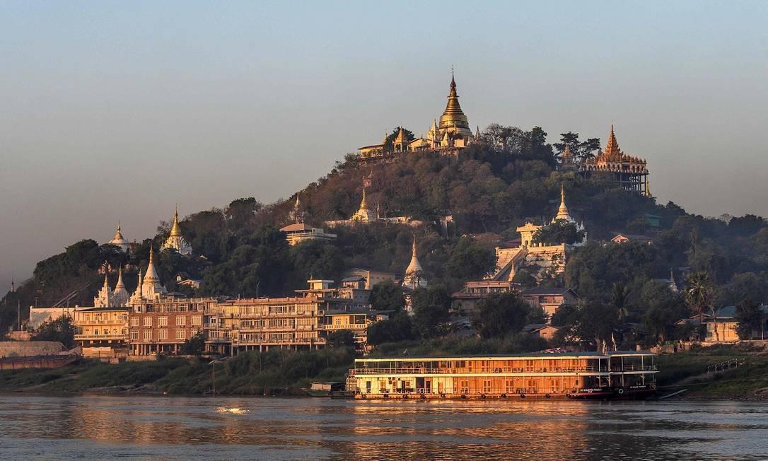 Os conjuntos de templos budistas às margens do Rio Irrawaddy, em Sagaing, também nos arredores de Mandalay Foto: Mladen Antonov / AFP
