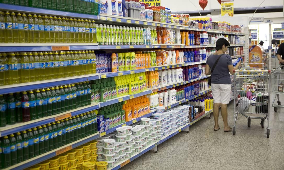 Consumidores devem comprar apenas os produtos de limpeza necessários nos supermercados Foto: Pedro Serra / Agência O Globo / Arquivo