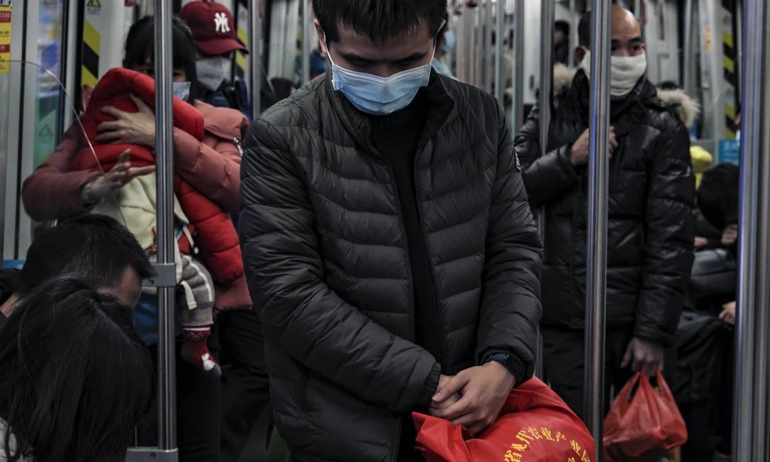 Passageiros usam máscaras no metrô na cidade de Guangzhou, na China Foto: Diego Herculano / Agência O Globo