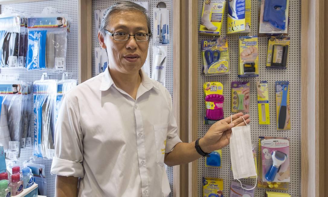 Lan Chi Cheng, proprietário da loja Casa do Médico, em São Paulo, vendeu o estoque de máscaras e não consegue repor Foto: Edilson Dantas / Agência O Globo