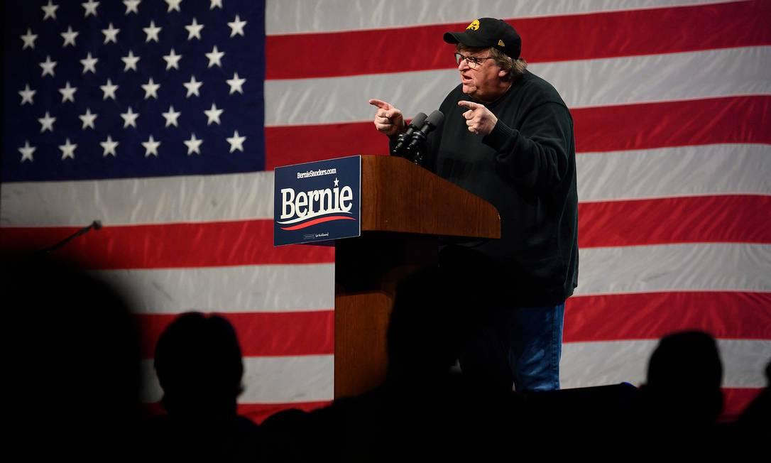 O cineasta e ativista Michael Moore participa de um encontro de Bernie Sanders com eleitores, às vésperas do caucus de Iowa Foto: JIM WATSON / AFP/31-1-2020