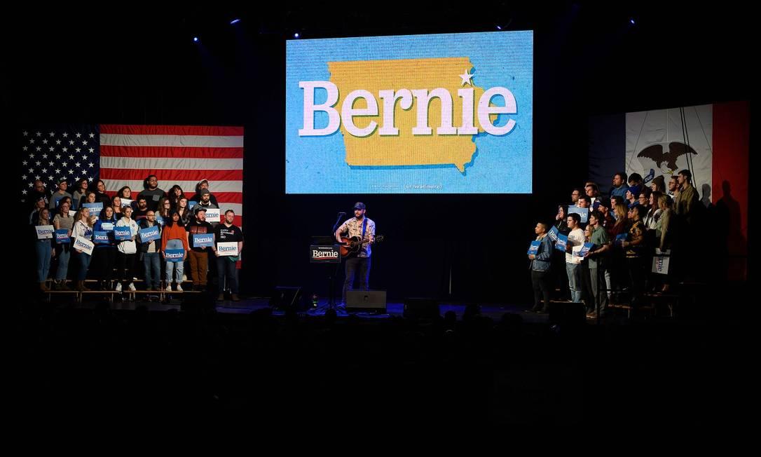 Justin Vernon, cantor da banda Bon Iver, durante comício de Bernie Sanders Foto: Jim Watson / AFP/31-01-2020