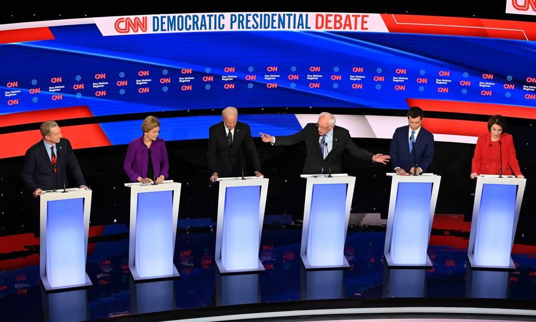 Principais candidatos democratas durante debate televisionado pela CNN Foto: ROBYN BECK / AFP / 14-01-2020