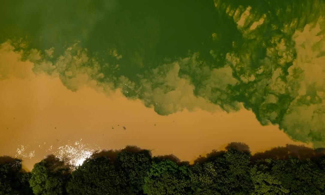 Águas do Rio Guandu na altura de Nova Iguaçu em 16 de janeiro deste ano Foto: Brenno Carvalho / Agência O Globo