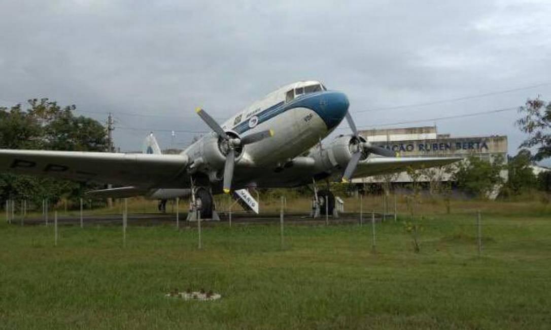 Avião que pertenceu à aérea Varig foi destruído no aeroporto do Galeão, no Rio Foto: Reprodução / WhatsApp