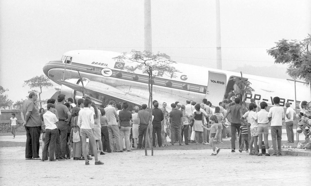 Avião Douglas DC-3, da Varig, no Aterro do Flamengo: pessoas fazem fila para visitar o interior da aeronave (02/10/1971) Foto: Rubens Fonseca / Agência O Globo