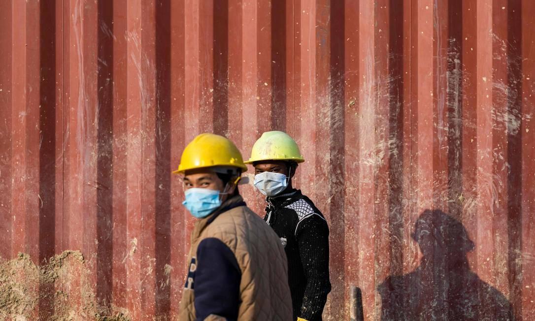 Trabalhadores usam máscaras em Kathmandu, capital do Nepal. Foto: JEWEL SAMAD / AFP