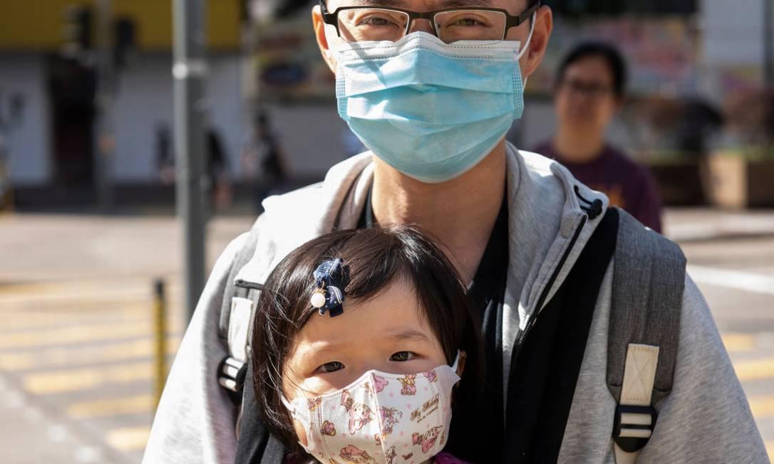 Adulto e criança usam máscara de proteção nas ruas da China Foto: SOPA Images / SOPA Images/LightRocket via Gett