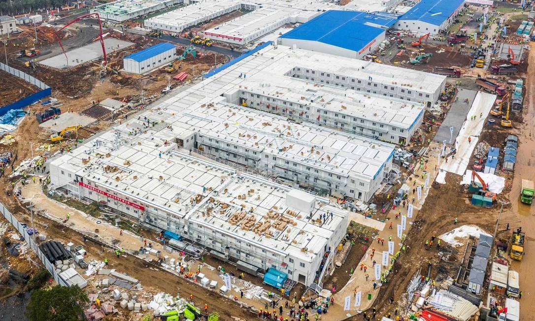 China construiu, em dez dias, o Hospital de Huoshenshan, em Wuhan, para tratar pacientes do novo coronavírus. Unidade, inaugurada no dia 3 de fevereiro, conta com mil leitos Foto: STR / AFP