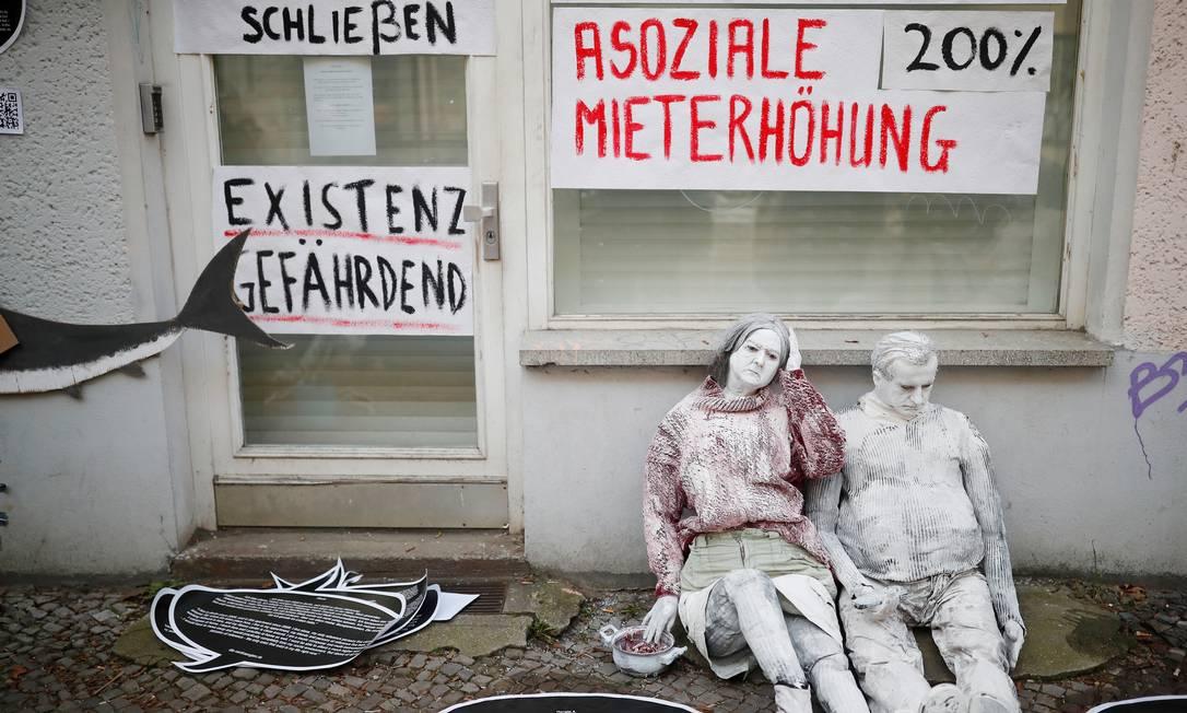 Intervenção artística na rua Lenbach, em Berlim, contra a gentrificaçao da cidade Foto: Hannibal Hanschke / REUTERS/23-2-2019