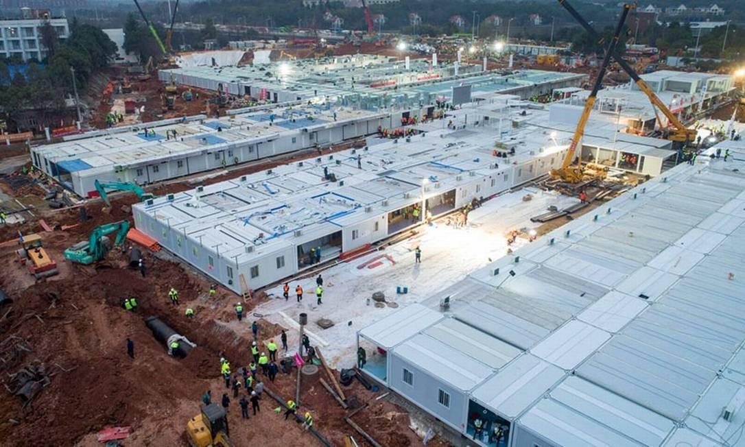 Módulo a módulo, hospitais são montados a partir de peças que chegam das fábricas ou dos depósitos Foto: STR / AFP