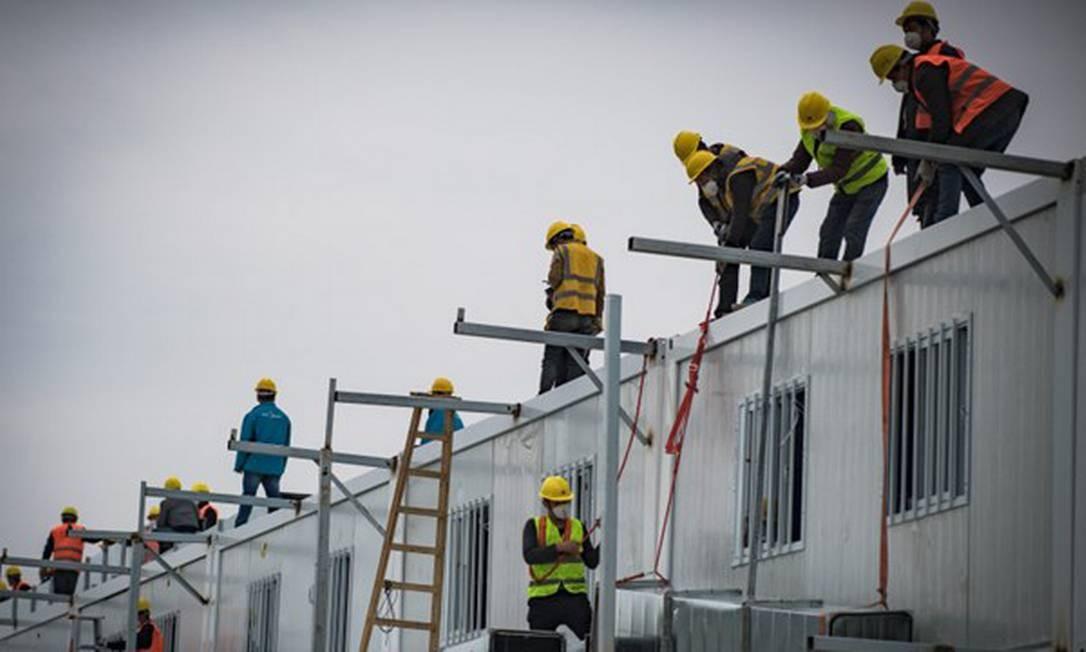 Cerca de 4 mil trabalhadores se revezaram em três turnos de trabalho para cumprir o prazo recorde Foto: STR / AFP