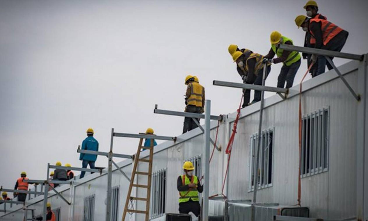 Cerca de 4 mil trabalhadores se revezaram em três turnos de trabalho para cumprir o prazo record Foto: STR / AFP