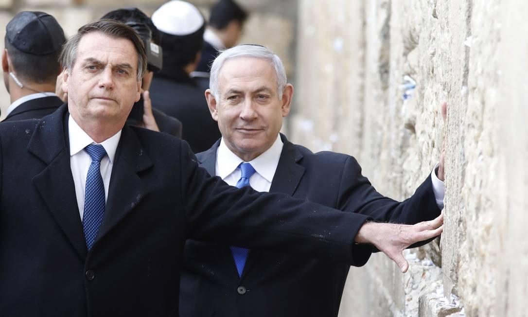 Jair Bolsonaro, ao lado do premier israelense Benjamin Netanyahu, em visita ao Muro das Lamentações, na Cidade Velha de Jerusalém, em abril de 2019 Foto: MENAHEM KAHANA / AFP