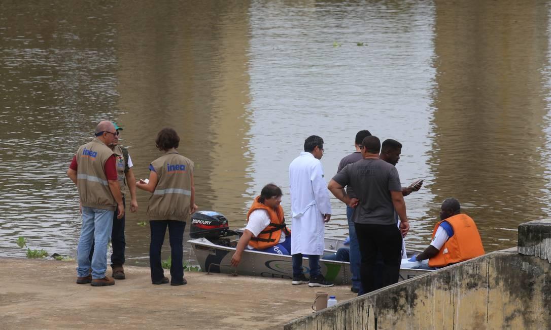 Especialistas do Inea e agentes da polícia civil fazem diligências na estação de Guandu Foto: Fabiano Rocha / O Globo