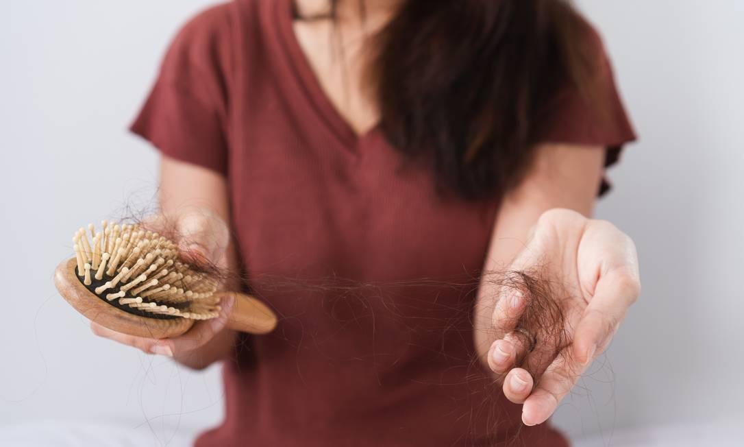Até 100 fios por dia é considerada uma queda de cabelo normal Foto: Cherayut Jankitrattanapokkin / E / Getty Images/EyeEm
