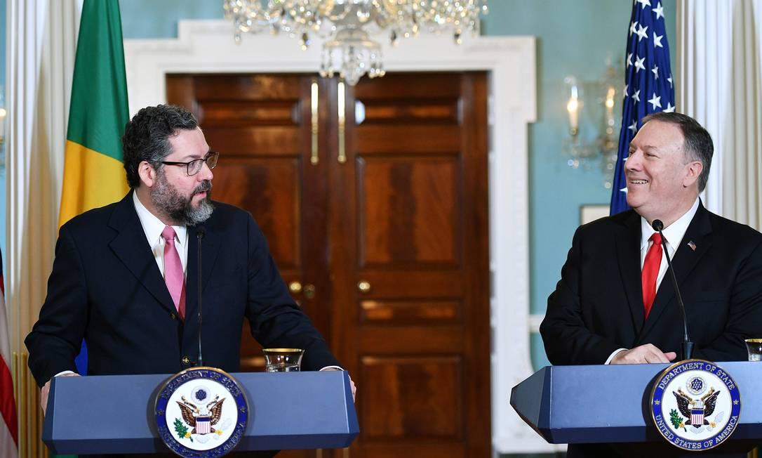 O Ministério das Relações Exteriores, Ernesto Araújo, e o secretário de Estado americano, Mike Pompeo, em uma entrevista coletiva em Washington Foto: MANDEL NGAN / AFP/ 13-9-2019