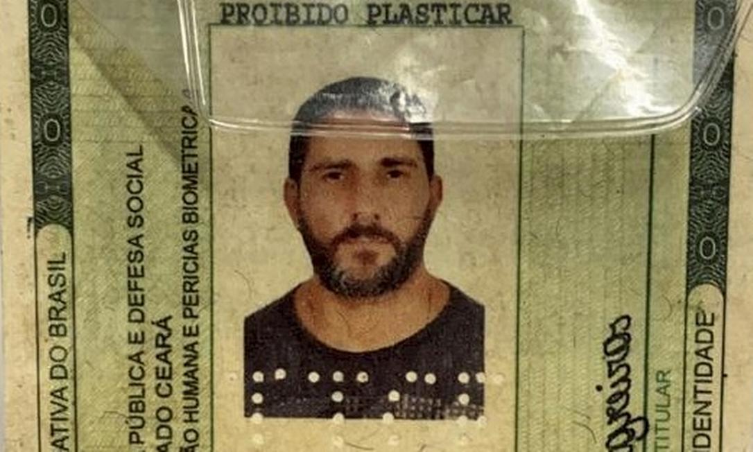 Carteira de identidade falsa utilizada por Adriano Magalhães da Nóbrega: nela, o ex-capitão do Bope se identifica como Marco Antonio Linos Negreiros Foto: Reprodução