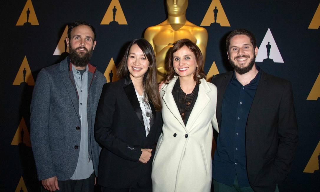 O americano Shane Boris, a produtora britância Joanna Natasegara, a diretora Petra Costa o produtor Tiago Pavan, indicados ao Oscar de documentário Foto: VALERIE MACON / AFP