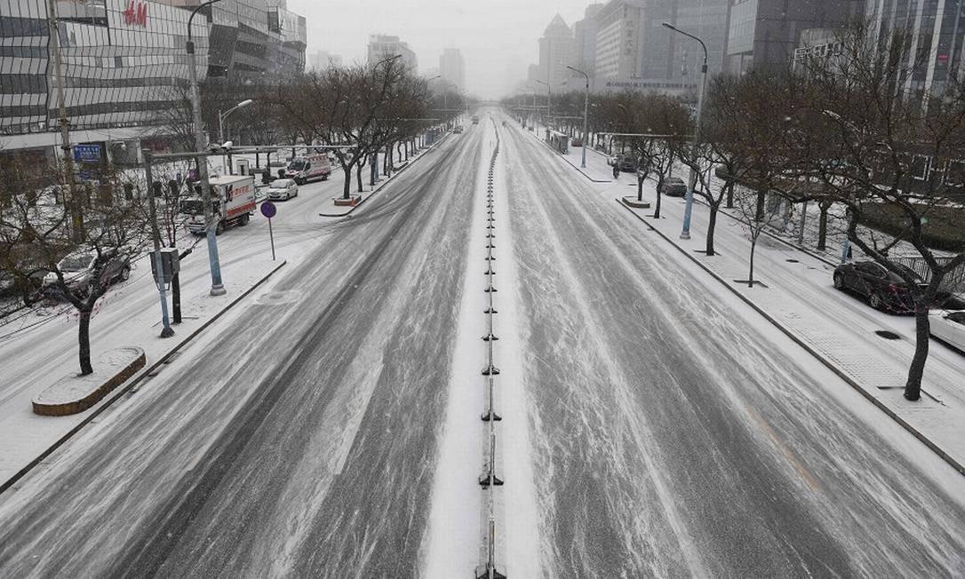 Avenida vazia em Pequim: pessoas confinadas em casa devido ao surto. Foto: GREG BAKER / AFP