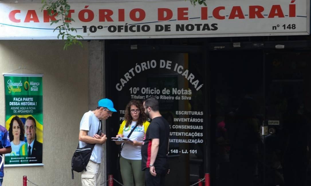 Cartaz de cartório pede assinatura de fichas de apoiamento para a criação do Aliança Foto: Pedro Teixeira/ Agência O Globo
