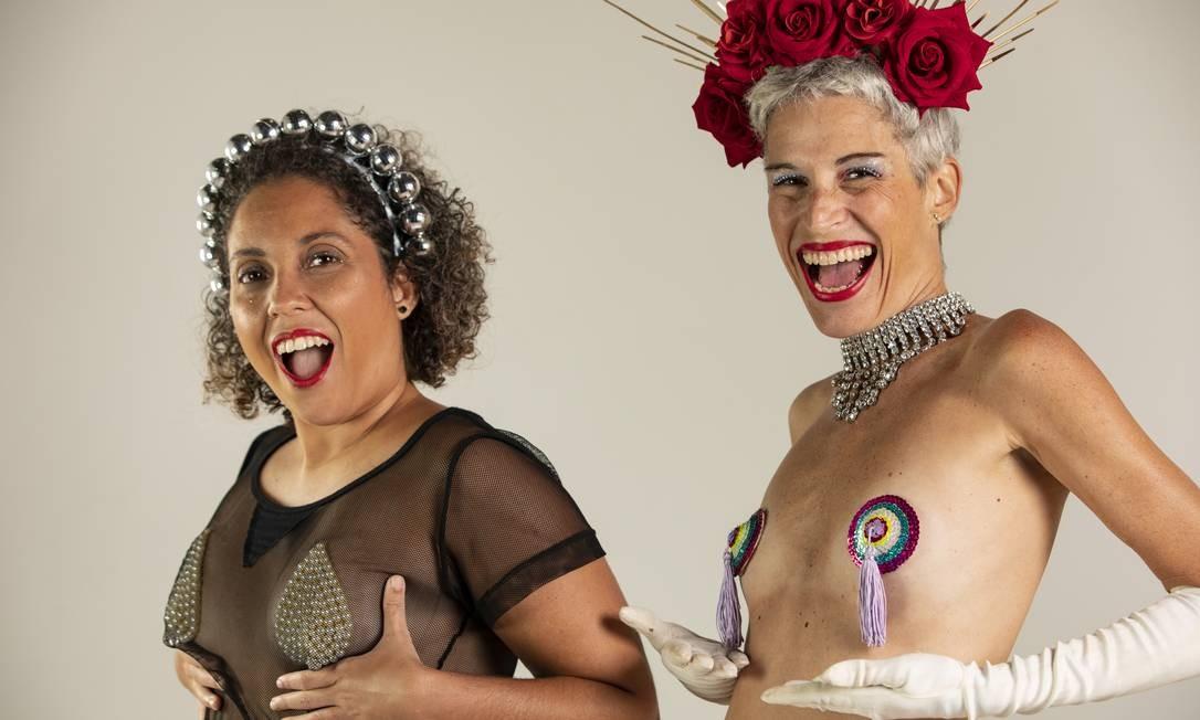 Adriana Azevedo e Roberta Rodrigues criam peças de tapa-teta no carnaval do Rio Foto: Ana Branco / O Globo
