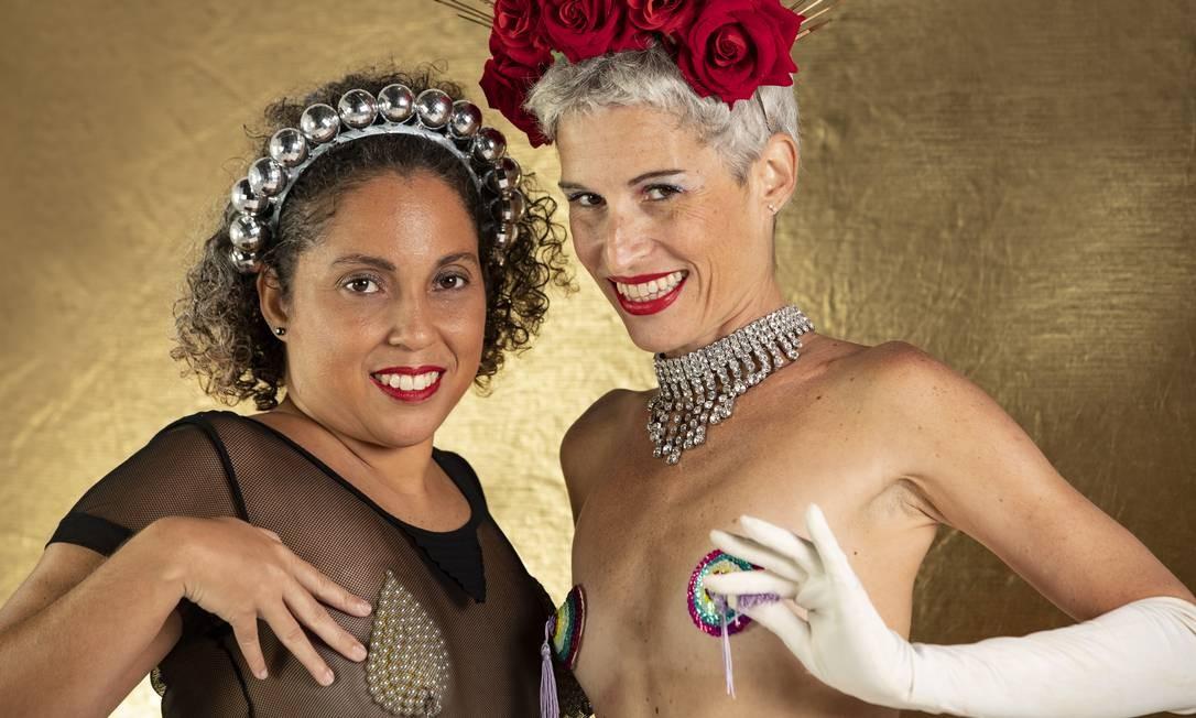 Criadoras de tapa-tetas, Adriana e Roberta mostram formas de usar: com ou sem blusa Foto: Ana Branco / Agência O Globo
