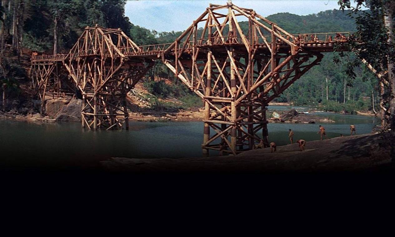 """""""A ponte do Rio Kwai"""" (1957): A produção venceu sete prêmios — entre eles, Melhor Filme e Melhor Diretor — e por pouco não saiu da premiação com 100% de aproveitamento. Só não ganhou como Melhor Ator Coadjuvante, disputado por Sessue Hayakawa. A trama gira em torno de uma ponte, durante a Segunda Guerra Mundial, que soldados ingleses são obrigados por japoneses a construir. Só que, apesar de um coronel inglês planejar a construção para demonstrar a superioridade britânica, um prisioneiro americano planeja a destruição da ponte. Foto: Divulgação"""