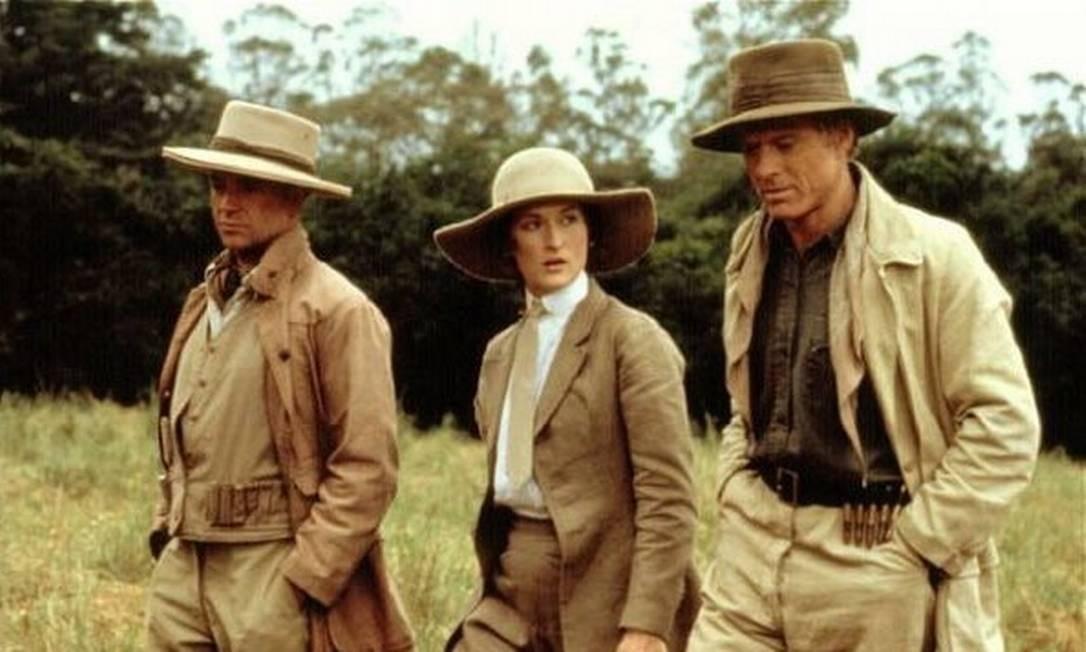 """""""Entre dois amores"""" (1985): Após se mudar para uma fazenda de café no Quênia para morar com o marido, a rica dinarmquesa Karen Blixen (Meryl Streep) descobre a infidelidade do companheiro. Ela, então, conhece o caçador Denys Finch (Robert Redford) e se apaixona. Mas, por ele preferir uma vida mais simples do que a que ela tem, Karen precisa tomar uma decisão. Das 11 indicações que o filme teve — sendo sete vencedoras —, uma era de Streep como melhor atriz. Inclusive, ela era a segunda opção para o papel. Foto: Divulgação"""