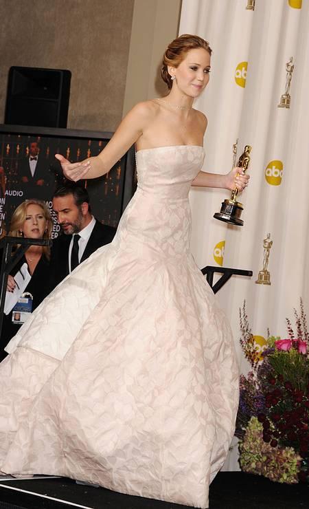 E quem não lembra de Jennifer Lawrence belíssima em seu Dior volumoso tomando um tombo ao subir para receber seu Oscar de melhor atriz em 2013? Foto: Jeffrey Mayer / WireImage