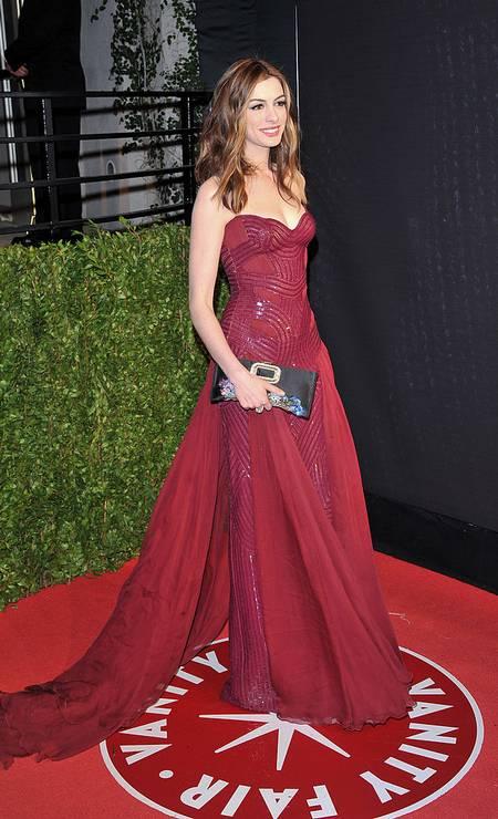Anne Hathaway apresentou o Oscar ao lado de James Franco em 2011 e trocou de roupa apenas oito vezes. Este foi o Versace escolhido para o tapete vermelho. Foto: George Pimentel / WireImage