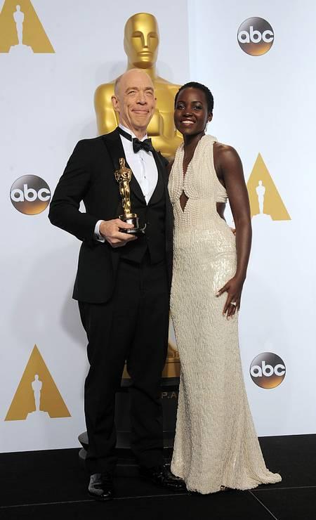 Em 2015, Lupita Nyong'o fez história no tapete vermelho com um vestido Calvin Klein desenhado pelo brasileiro Francisco Costa. Repleto de pérolas, o vestido avaliado em US$ 150 mil acabou sendo roubado Foto: Albert L. Ortega / Getty Images