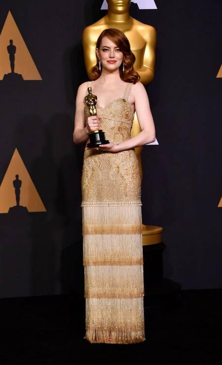 Em 2017, Emma Stone escolheu um look retrô da Givenchy para receber seu Oscar de melhor atriz por 'La La Land' Foto: Frazer Harrison / Getty Images