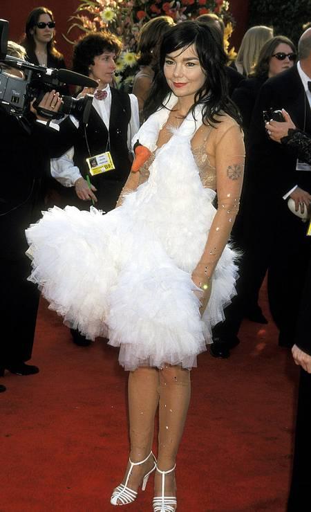 Para abrir as lista dos piores, o primeiro look que vem à cabeça certamente é o vestido bizarro de cisne escolhido pela cantora Björk em 2001. O modelo foi criado pelo estilista macedônio Marjan Pejoski e deu o que falar na época. No Brasil, a referência já virou até fantasia de carnaval. Foto: Ron Galella / Ron Galella Collection via Getty