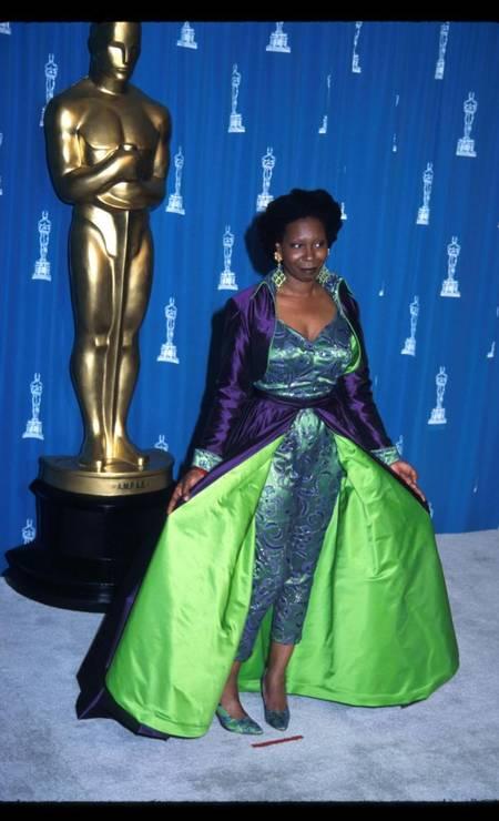 Whoopi Goldberg ousou um pouco demais no Oscar de 1993. O macacão com uma capa roxa e o foro verde limão podiam ter sido mais apropriados para uma festa de Halloween. A roupa foi comprada em uma boutique de Beverly Hills Foto: Barry King / Getty Images