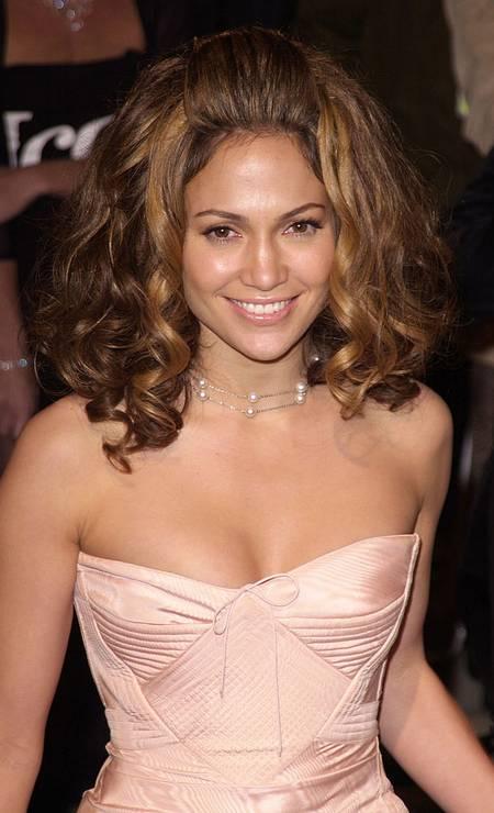 O vestido de Jennifer Lopez em 2002 nem era o problema, mas o cabelo mega volumoso foi muito criticado no tapete vermelho. Foto: Toni Anne Barson Archive / WireImage