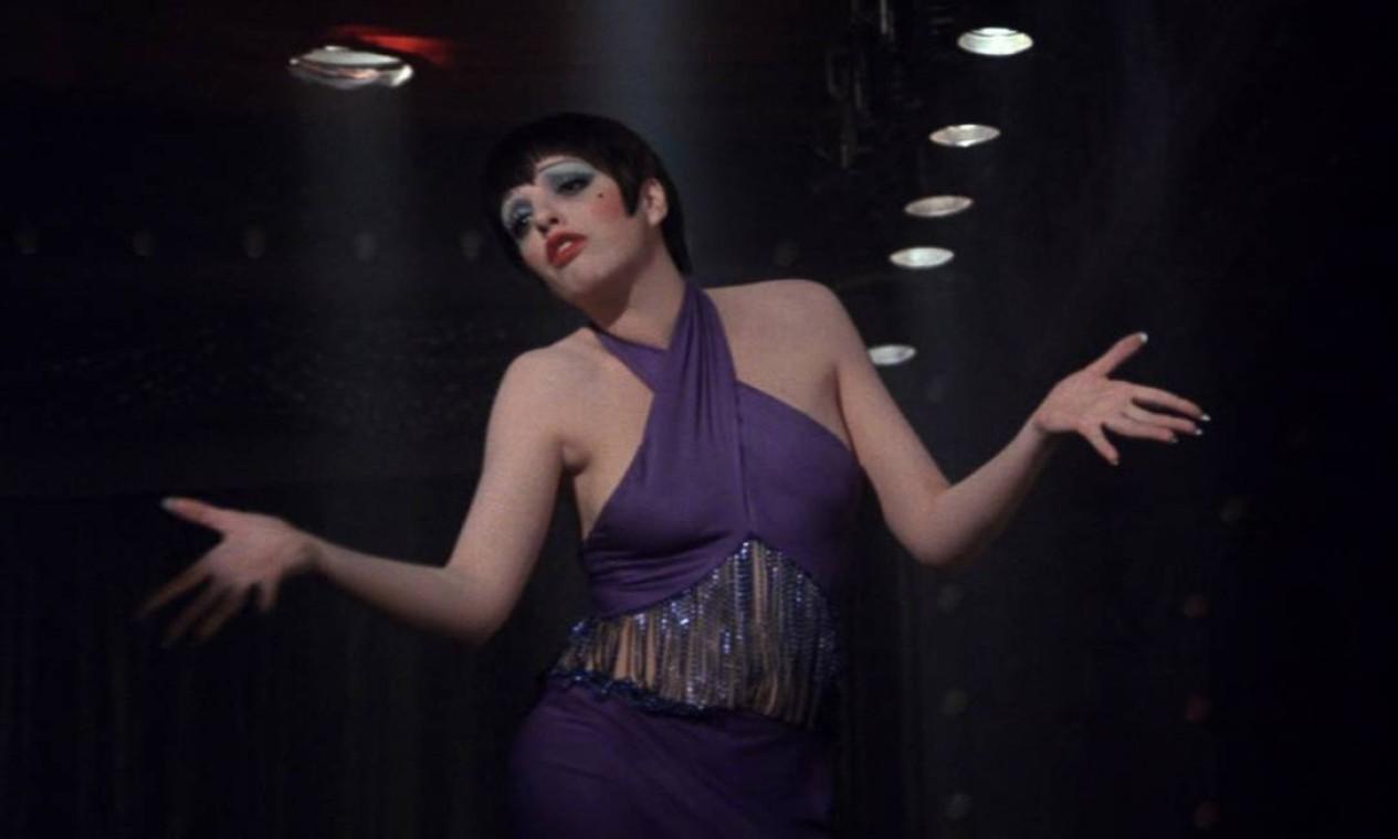 """""""Cabaret"""" (1972): Com 10 indicações, faturou oito. A trama se passa na Berlim de 1933. Sally Bowles (Liza Minnelli), uma cantora americana, se torna atração em um clube e se apaixona por Brian Roberts (Michael York), um escritor bissexual. Só que os dois também começam a se envolver om Maximilian von Heume (Helmut Griem), um nobre alemão. Quando Sally fica grávida, Brian a pede em casamento e declara não se importar com a paternidade da criança. Mas o futuro tem outro destino para eles. Foto: Divulgação"""