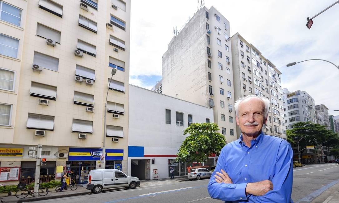 """Afonso Kuenerz, arquiteto e urbanista, em frente a um dos """"dentes"""" de Copacabana Foto: Fabio Cordeiro/G.Lab"""