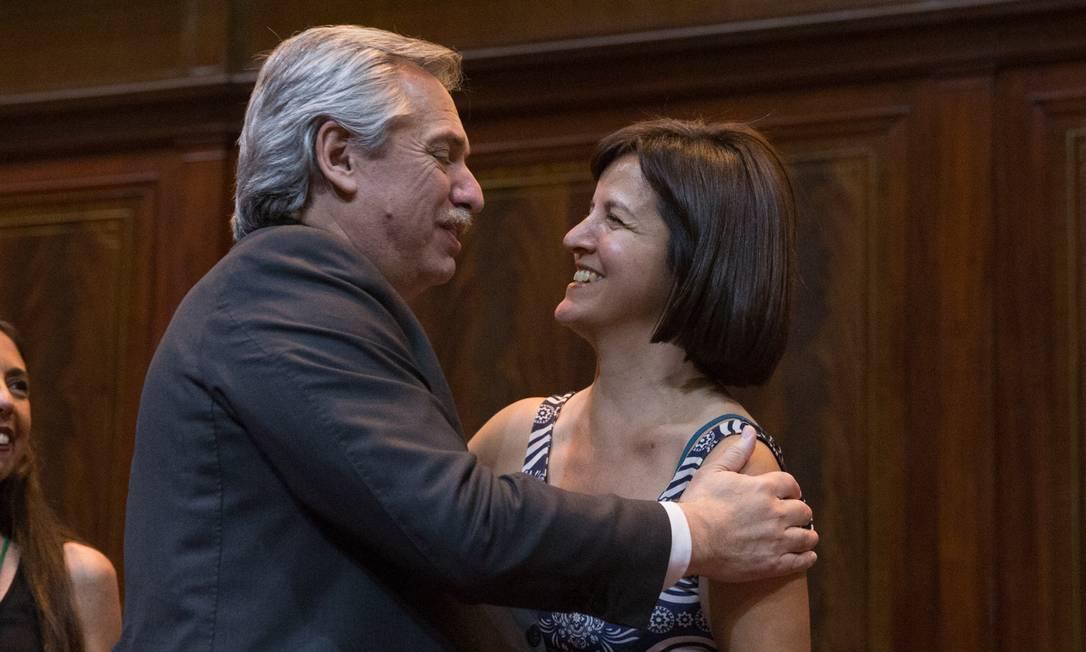O presidente argentino, Alberto Fernandéz, cumprimenta a autora do livro 'Somos Belén', a jornalista Ana Correa Foto: CPS / Divulgação