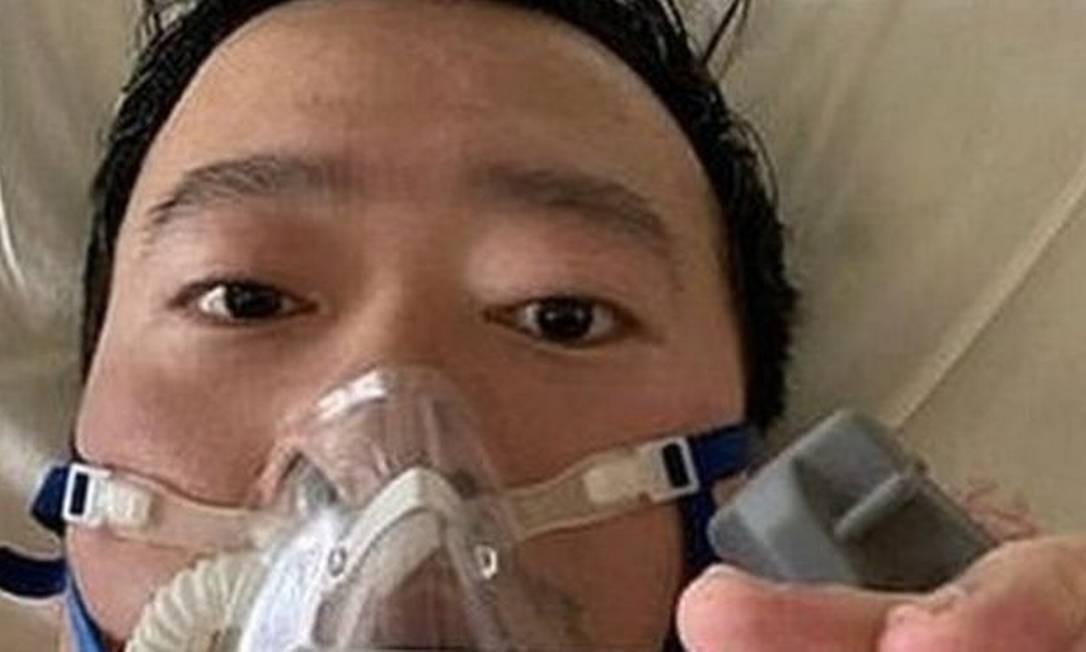 O médico Li Wenliang publicou nas redes sociais uma foto na cama do hospital Foto: Reprodução